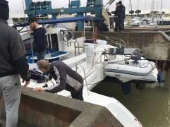 le capitaine survelle le bateau pendant la manoeuvre