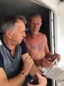 le capitaine explique à Noêl